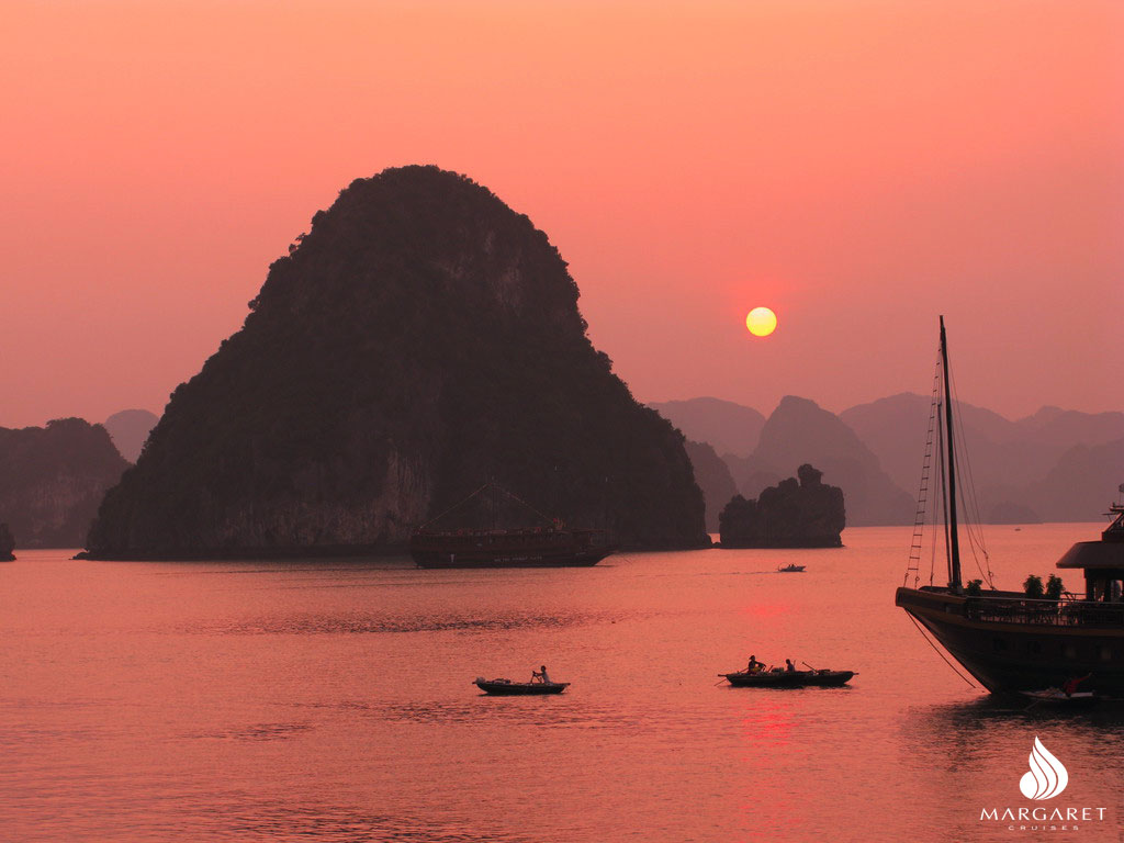 Hunt the best Sunset in Asia | Halong Bay tour | Margaret